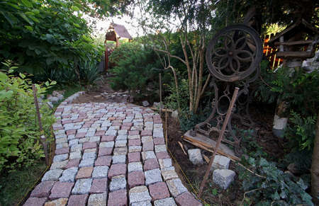 building a path in the garden of granite paving stones 免版税图像