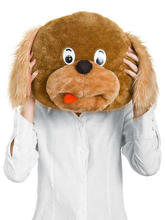 perro asustado: La chica que mantiene la cabeza de perro de juguete delante de su cara, simulando que es su cabeza.