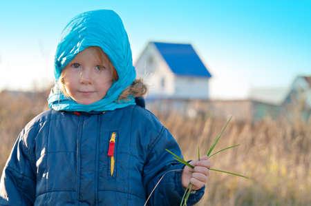 A little girl for a walk in the autumn. Portrait in the open air. Foto de archivo