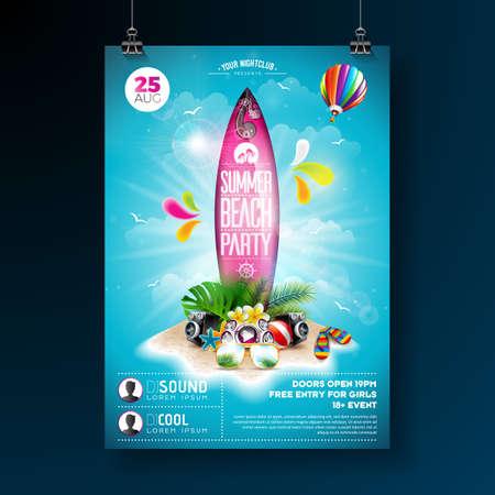 Vector Summer Beach Party Flyer Design con elementi tipografici sulla tavola da surf. Elementi floreali della natura estiva, piante tropicali, fiori, pallone da spiaggia e tavola da surf su sfondo blu cielo nuvoloso. Modello di progettazione per banner, flyer, invito, poster.