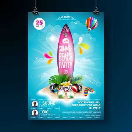 Vector Summer Beach Party Flyer Design con elementos tipográficos en tabla de surf. Elementos florales de la naturaleza de verano, plantas tropicales, flores, pelota de playa y tabla de surf sobre fondo azul cielo nublado. Plantilla de diseño de banner, flyer, invitación, cartel.