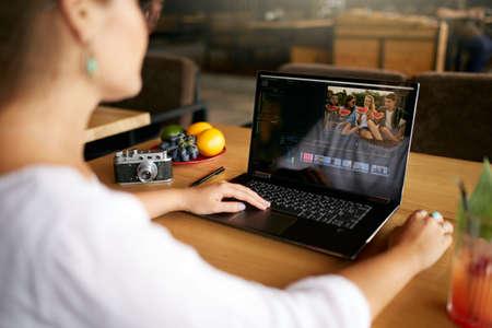 Freelancer video-editor werkt op de laptop met software voor het bewerken van films. Videograaf vlogger of blogger cameraman aan het werk vlog bewerken. Schot volgen en onthullen Stockfoto