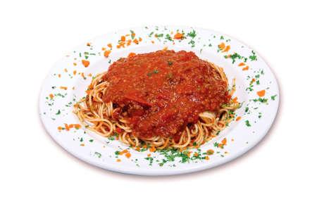 白い背景の上にミートソース スパゲッティ