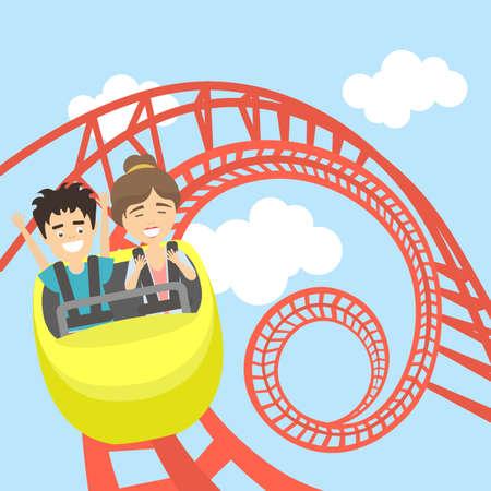 Rollercoaster dans le parc d'attractions. Jeune homme souriant et la femme ont le plaisir sur les montagnes russes. divertissement effrayant mais drôle.