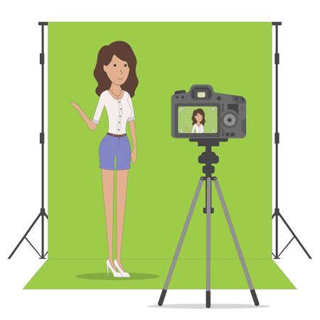 Estudio de grabación de blog sobre fondo de clave de chroma. Vlog Grabación de vídeo. Hermosa chica grabándose a sí misma. Blog de belleza o moda. Chica de pie sobre un fondo verde. Foto de archivo - 70361106