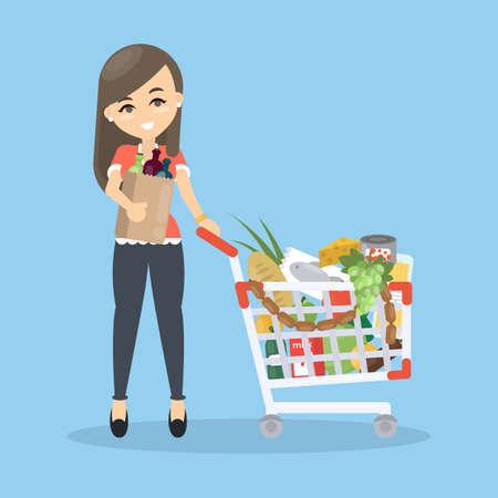 mujer en el supermercado: Woman buying groceries. Walking with shopping trolley.