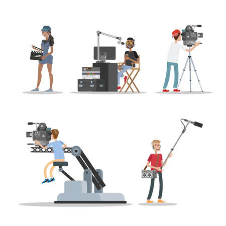 Insieme del personale dello studio cinematografico. Persone che girano film storici e fantastici utilizzando fotocamera, luci, microfoni e altre attrezzature. Fare il concetto di film. Illustrazione piatta vettoriale