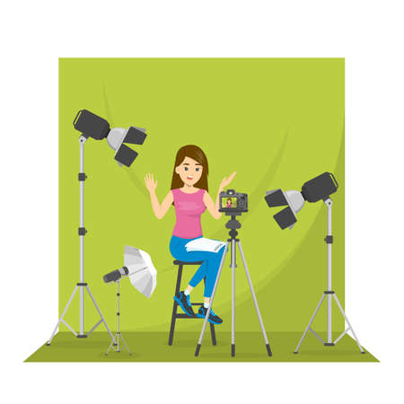 Blogger femminile che gira video per il blog. Donna in piedi davanti allo sfondo verde e parlando. Realizzare contenuti per il social network. Illustrazione vettoriale isolato in stile cartone animato