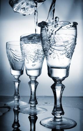 welling: Acqua che scorre in un bicchiere  Archivio Fotografico