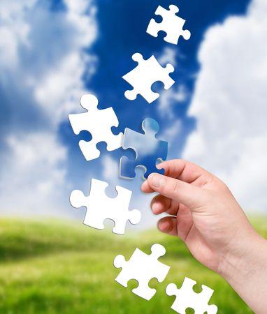 Puzzle in der Hand auf Landschaft Hintergrund