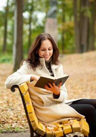 mujer leyendo libro: mujer bonita, leyendo el libro y smilling