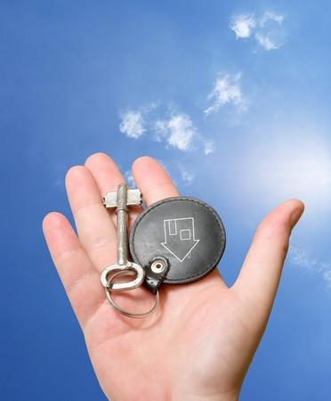Vintage llave en mano humana sobre blanco  Foto de archivo