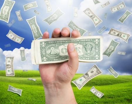cash in hand: dinero ca�da sobre paisaje  Foto de archivo