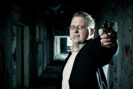 hijacker: Seg�n el hombre vestido con el objetivo de wiht pistola en un edificio abandonado