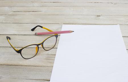 lapiz y papel: Escribe a las memorias en papel, lápiz y gafas