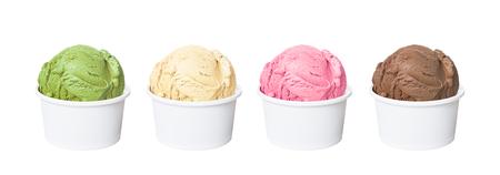 Cuillères à crème glacée dans des tasses blanches de saveurs de chocolat, de fraise, de vanille et de thé vert isolés sur fond blanc (tracé de détourage inclus)
