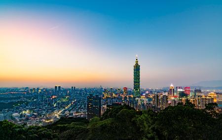 夕暮れ夜の時間の明確な美しい夕焼けと象山から台北 101 摩天楼ビューと街のスカイライン