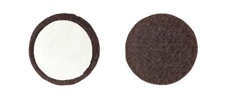 Koekjes en roomclose-upschot van binnenkant van melkroom het vullen en korsten (geen handelsmerk of merk) die op witte achtergrond worden geïsoleerd (inbegrepen Knippend weg) Stockfoto