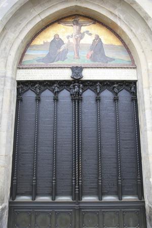 Eisentür der Allerheiligen-Kirche in Wittenberg Deutschland mit den fünfundneunzig Thesen durch Martin Luther veröffentlicht