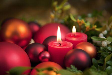 luz de velas: Decoraci�n de Navidad con velas Foto de archivo