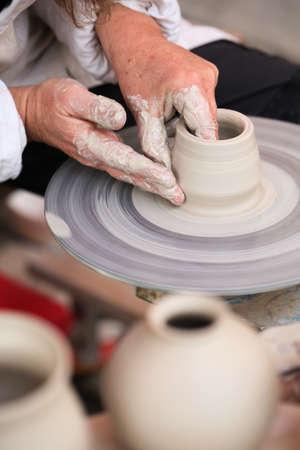 alfarero: Las manos de un alfarero creando peque�os jarrones