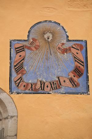 reloj de sol: reloj de sol antiguo pintado en una pared Foto de archivo