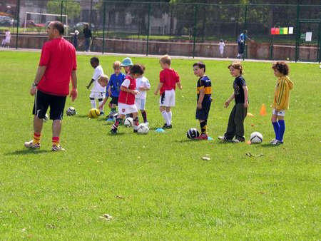 jugando futbol: Ni�os jugando al f�tbol en el parque