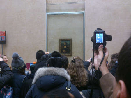 mona lisa: People view Mona Lisa in Louvre Museum