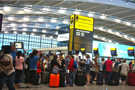 hilera: Los viajeros que hacen cola en el aeropuerto