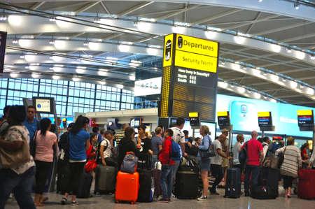 Reizigers in de rij op de luchthaven