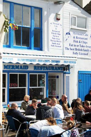 fish and chips: Almuerzo gente fuera del restaurante chips de pescado