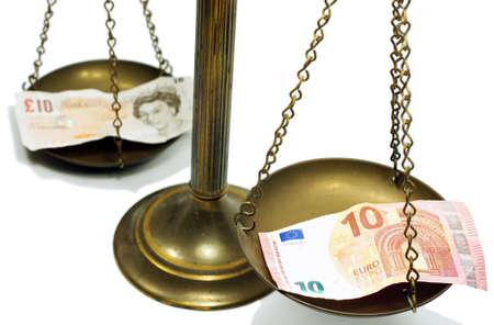 billets euro: Pound et Euro notes sur l'�chelle dans une photo conceptuelle Banque d'images