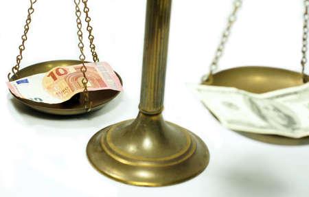 billets euro: Dollar et l'euro notes sur l'�chelle dans une photo conceptuelle