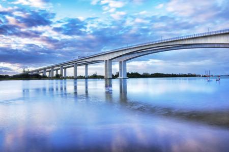 De Gateway Bridge Sir Leo Hielscher bruggen bij zonsondergang in Brisbane Queensland Australië. Stockfoto