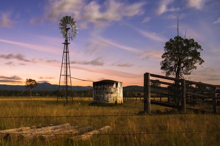 paisaje rural: Molino de viento en el campo de Queensland, Australia.
