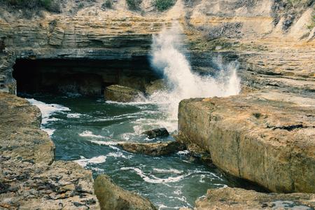 orificio nasal: espiráculo Tasmania durante el día, en Tasmania, Australia situado cerca del Arco de Tasmania.