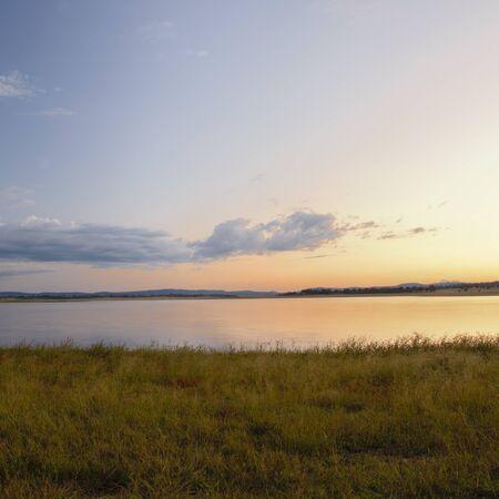 午後遅くにウォリックの近く湖レスリー。