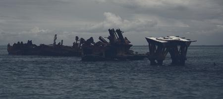 暗いと悲観的な効果とタンガルーマ島モートン湾で沈没船。