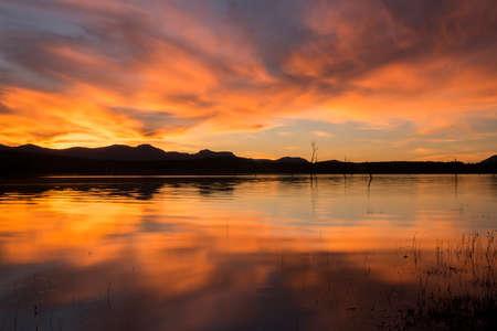 美しい雲と夕日の湖 Moogerah。クイーンズランド州の風光明媚な縁に位置し