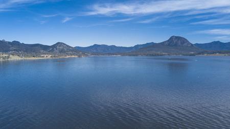 낮에는 퀸즐랜드의 시닉 림에있는 호수 Moogerah 스톡 콘텐츠