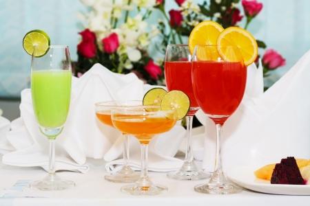 cócteles exóticos y flores en la mesa