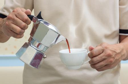 barista vierte el café de olla moka. Foto de archivo