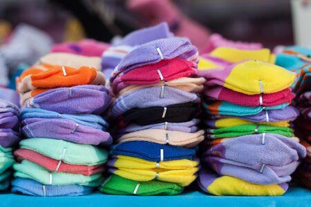 calcetines: pila de calcetines en el mercado, de fondo.