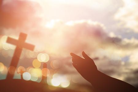 人間の手は、手のひらの礼拝を開きます。聖体治療後悔するカトリックのイースターを助ける神の祝福祈る心を貸した。キリスト教の概念の背景。