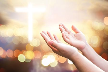 Menselijke handen openen palm omhoog aanbidding. Eucharistietherapie Zegen God Helpt zich te bekeren Katholieke Pasen Geleende geest Bid. Christelijke concept achtergrond.