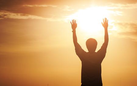 Menselijke handen openen de palm van de aanbidding. Eucharistietherapie Zegen God, die zich bekeert katholiek Pasen Lent Mind Pray. Christelijke concept achtergrond. vechten en overwinning voor God