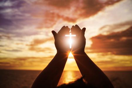 Ludzkie ręce otwierają kult w dłoni. Terapia Eucharystii Błogosław Boga, który pomaga odpokutować Wielkanocy wielbiciel katolickiej modlitwy Módlcie się. Tło koncepcja chrześcijańskiej religii. walka i zwycięstwo dla Boga