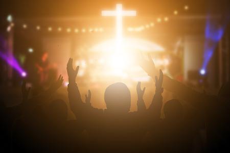 Christen erheben ihre Hände zum Lobpreis und zur Anbetung bei einem Nachtmusikkonzert. Eucharistie-Therapie Segne Gott, der hilft, Buße zu tun. Christlicher Konzepthintergrund. Standard-Bild