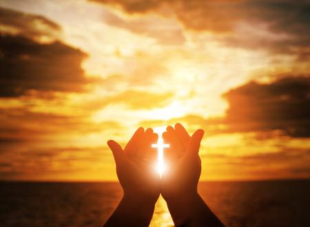 Christlicher Mann mit offenen Händen verehren Christen. Eucharistie-Therapie Segne Gott, der hilft, Buße zu tun. Christlicher Konzepthintergrund. Standard-Bild