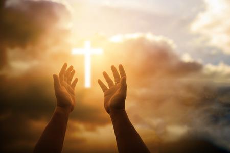 Las manos humanas abren la palma hacia arriba la adoración. Eucaristía Terapia Bendice a Dios Ayudando a Arrepentirse Pascua Católica Cuaresma Oración Mental Antecedentes del concepto de religión cristiana. lucha y victoria por dios Foto de archivo